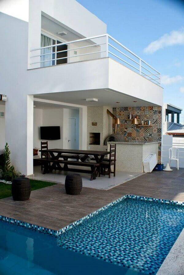 Edícula com churrasqueira integrada com a piscina