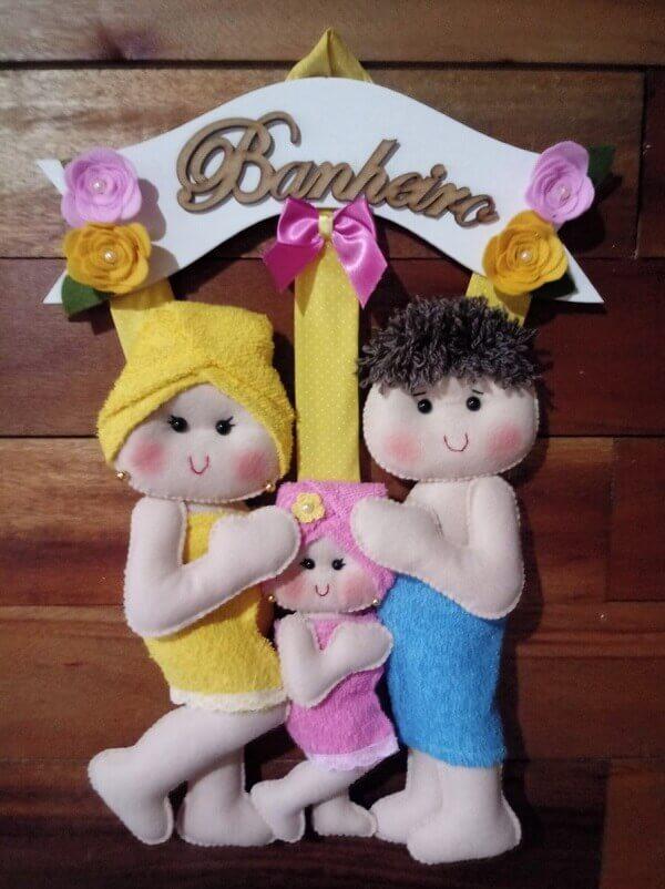 Enfeite para porta do banheiro com casal e filha em feltro