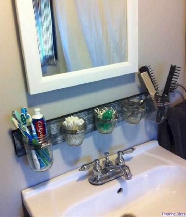 Enfeites para banheiro pequeno feito em madeira e vidro