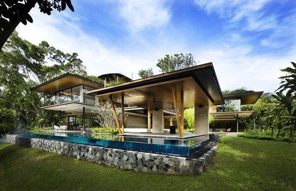 Estrutura de madeira e piscina com borda infinita. Viva Decora
