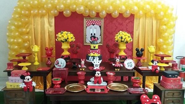 Festa da Minnie mesclando as cores vermelho, amarelo e preto