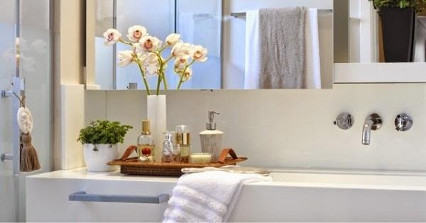 Flores e organizadores utilizados como enfeites para bancada de banheiro