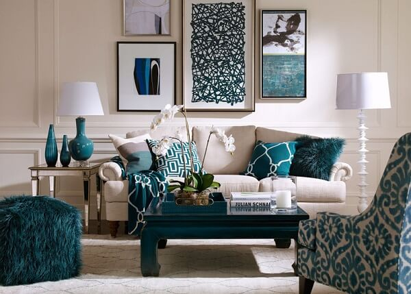 Harmonize o azul turquesa com cores neutras, como bege, cinza e branco