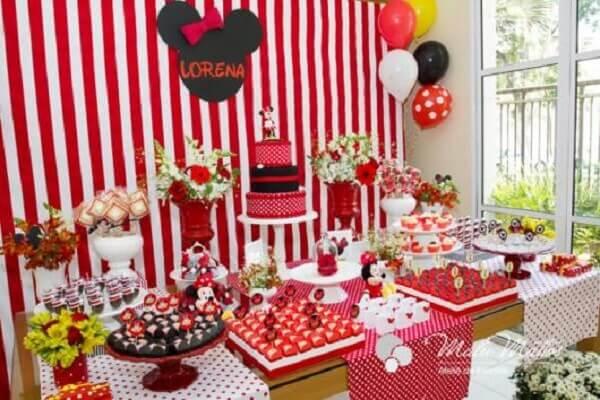 Invista em um painel listrado nas cores vermelho e branco para decoração da festa da Minnie