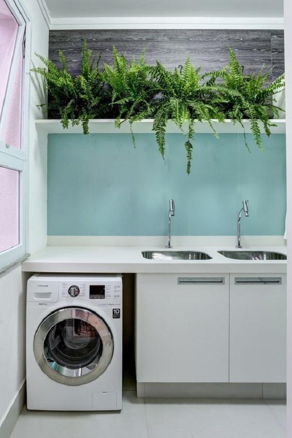 Lavanderia com parede azul turquesa