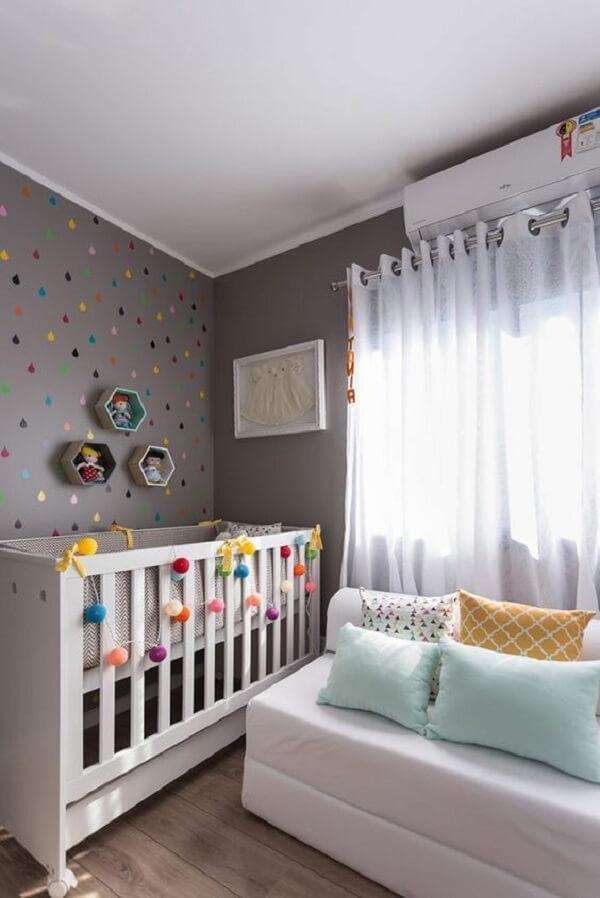 Móveis brancos complementam a decoração do quarto simples de bebê