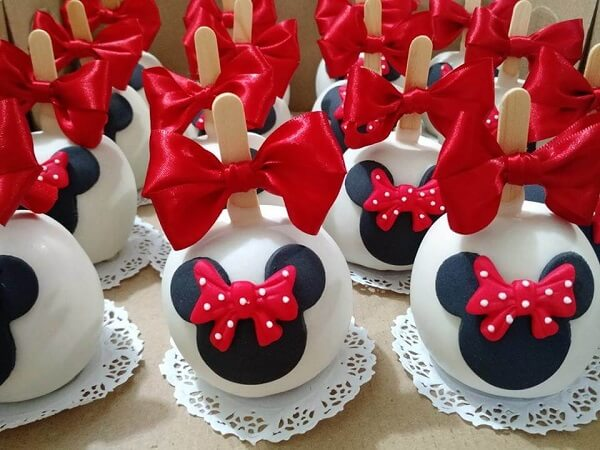 Maça de chocolate decorada para festa da Minnie