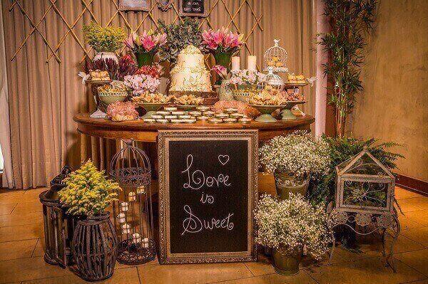 Mesa de madeira e flores contemplam a decoração vintage casamento