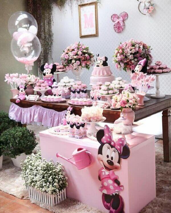 Mesa do bolo com decoração de festa infantil da Minnie