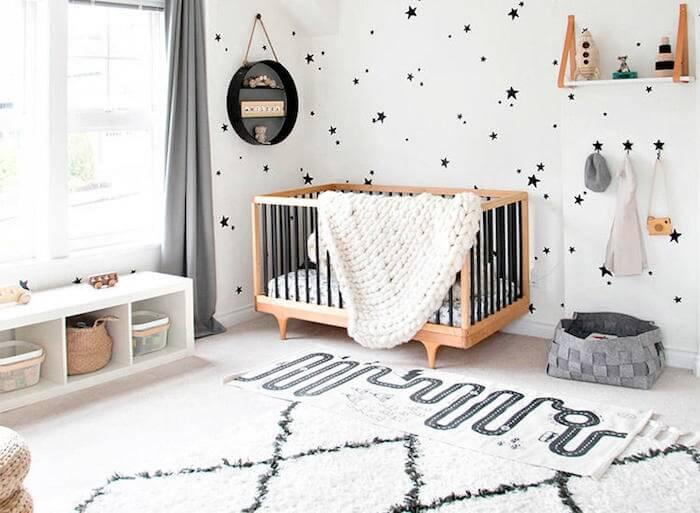 Modelo de prateleira para quarto de bebê com design discreto