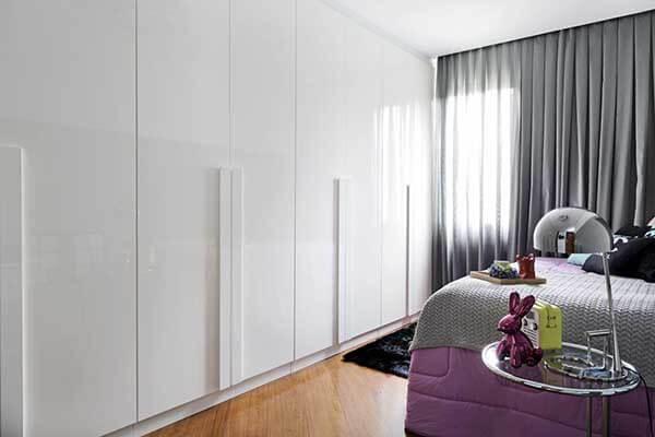 Modelos de cortinas em quarto com guarda roupa branco
