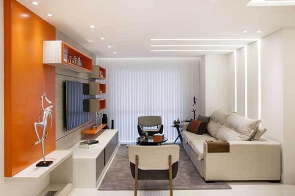 Modelos de cortinas em sala de tv com nichos na cor laranja