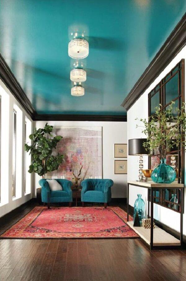 Teto azul turquesa valoriza as paredes brancas