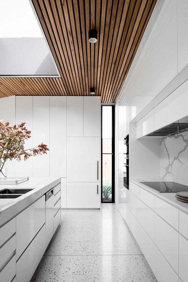 Nesse projeto o forro de madeira contrastar com o branco.