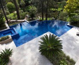 O formato orgânico da piscina permite o melhor aproveitamento do espaço. Fonte Decor Fácil