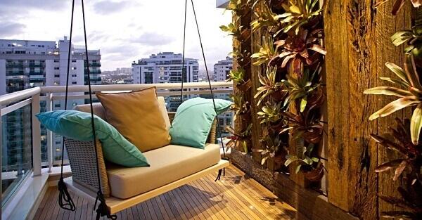 O jardim vertical na varanda tem a Bromélia como planta em destaque