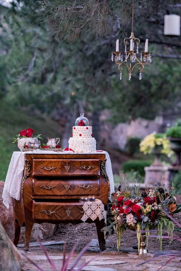 The furniture complements with style the decoration of the birthday party with the theme Beauty and the Beast