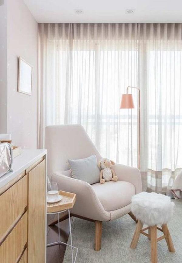 Puff redondo para quarto de bebê com tecido de pelinhos