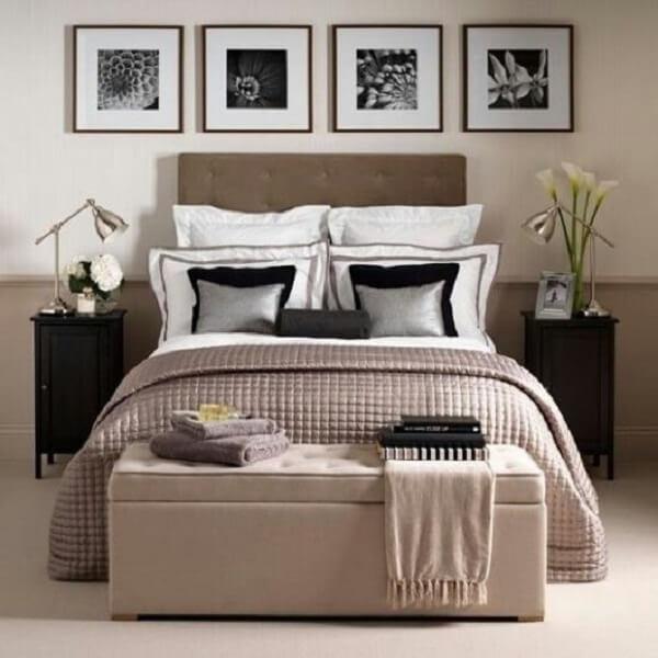 O puff baú foi usado ao pés da cama de casal