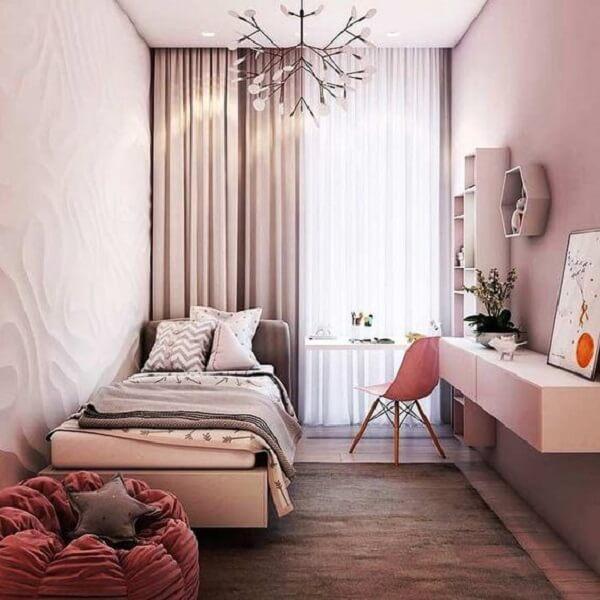 O puff complementa a decoração do quarto simples de menina