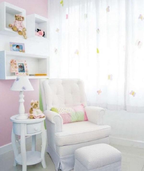 Poltrona com puff para quarto de bebê na cor branca