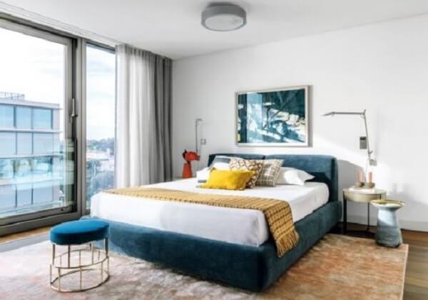 Puff redondo para quarto de casal com base metálica dourada