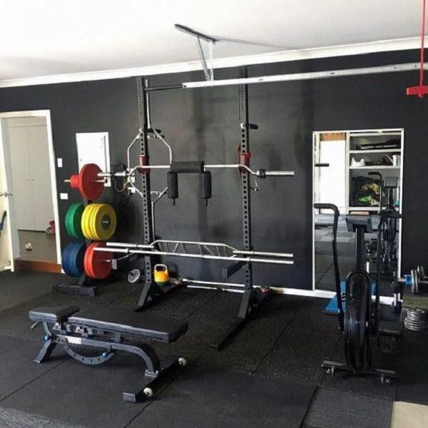 O tapete emborrachado minimiza o impacto dos equipamentos sobre o piso da academia