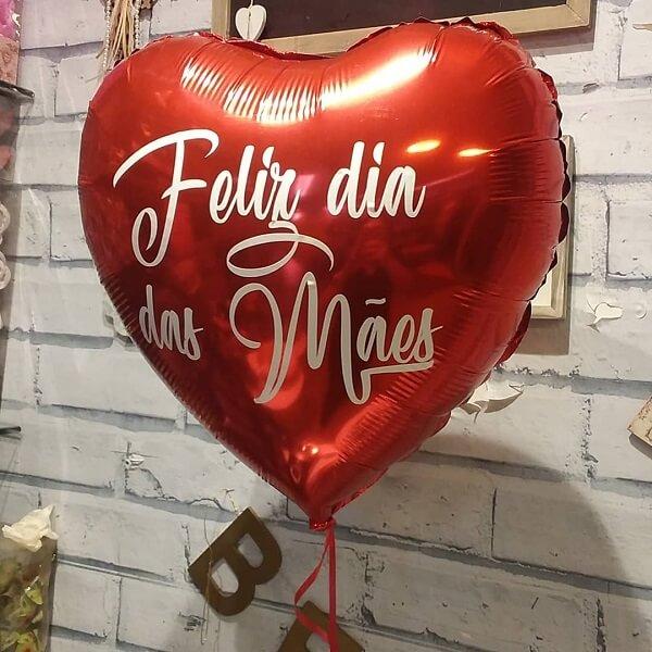Os balões em formato de coração encantam os convidados na decoração do dia das mãe