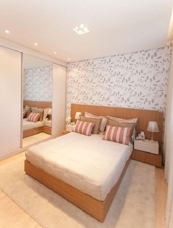 Papel de parede florido compõem a decoração de quarto simples