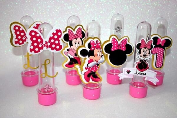 Utilize tubetes decorados com a personagem Minnie