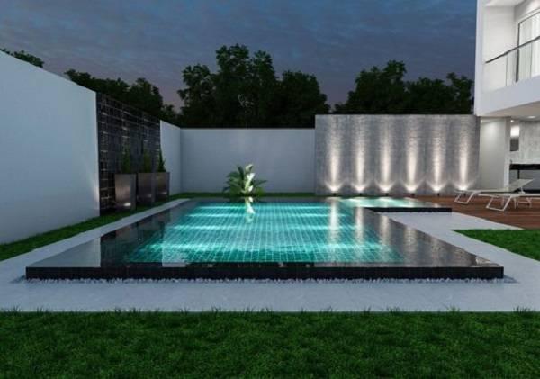 Iluminação dentro e ao redor da piscina com borda infinita