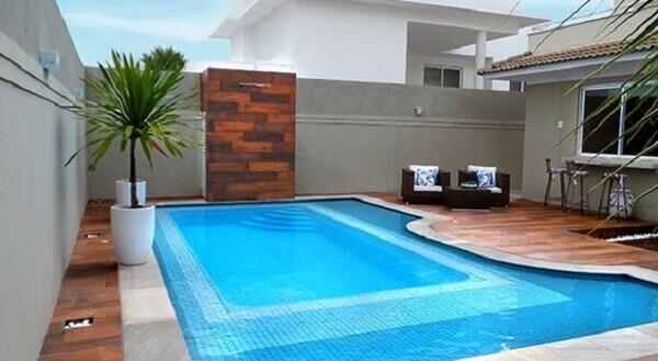 Área externa com piscina em formato irregular e degraus