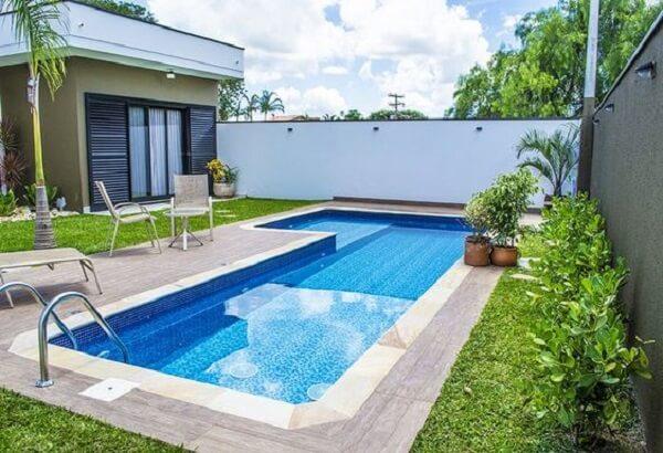 Área de lazer pequena com piscina de vinil