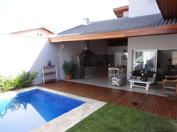 Área externa com piscina e churrasqueira