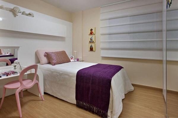 Piso laminado de madeira compõem a decoração do quarto de menina simples
