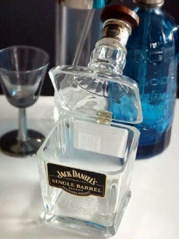 Porta treco feito com a técnica de artesanato com garrafa de vidro cortada
