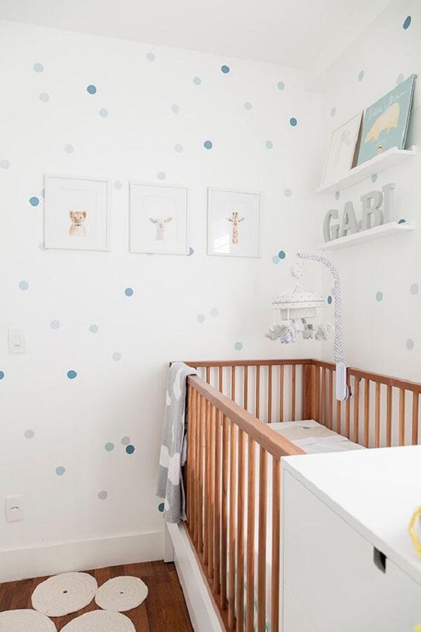Prateleira branca compõem a decoração do quarto de bebê simples