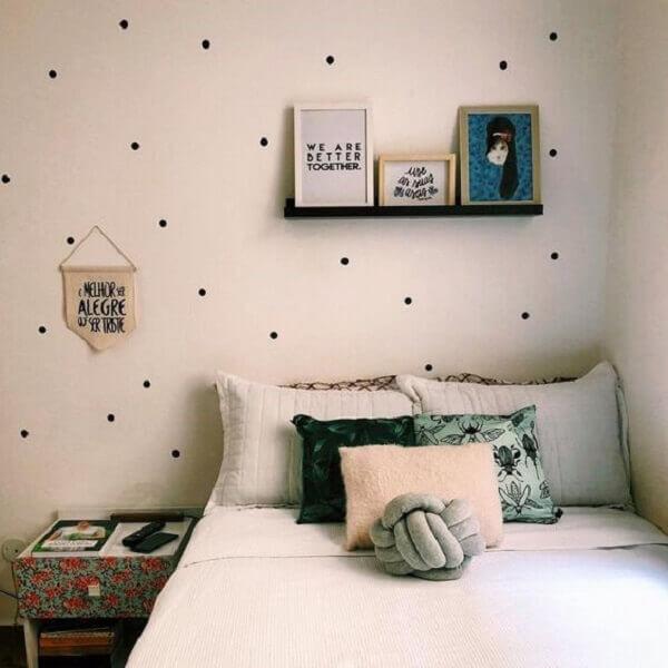 Prateleira para quadros acima da cama complementam a decoração do quarto simples