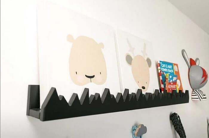 Prateleira para quarto de bebê com acabamento preto