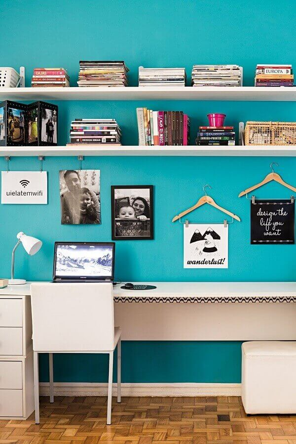 Home office com parede azul turquesa