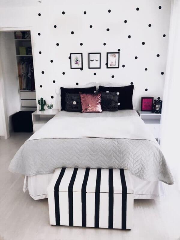Puff baú além de ser funcional complementa a decoração do quarto simples