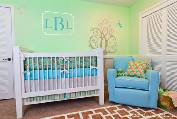 Quarto infantil com tons de verde e azul turquesa