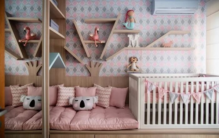 Que tal essa proposta de prateleira para quarto de bebê com design de árvore?