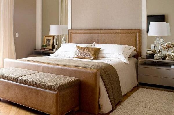 Recamier marrom ao pé da cama