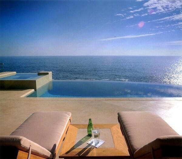 Piscina com borda infinita cria sensação de infinitude com o oceano