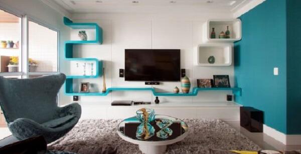 Sala de estar sóbria com elementos na cor azul turquesa
