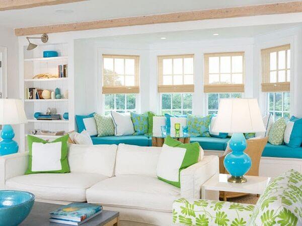 Sala de estar com pontos decorativos em verde e azul turquesa