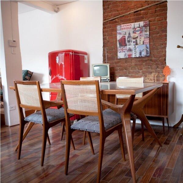 Sala de jantar com decoração vintage incluindo parede de tijolinhos