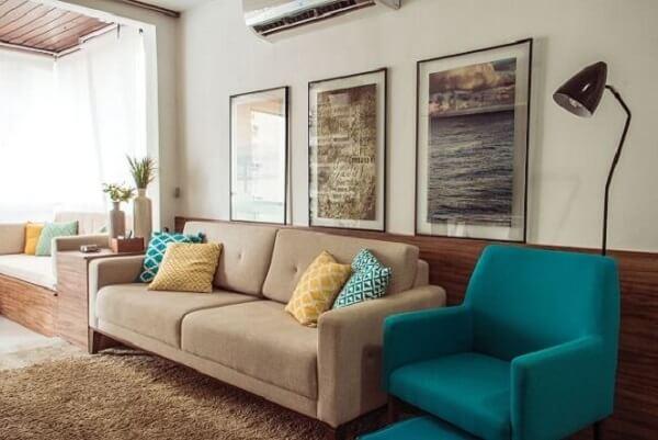 Sala de estar com sofás em tons de bege e poltrona azul turquesa