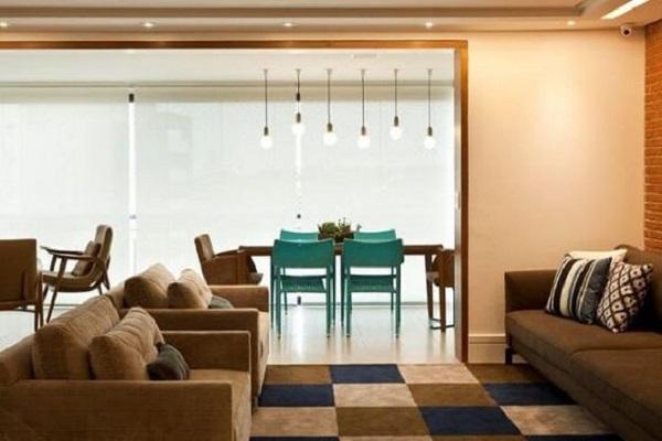 Sala integrada com a varanda com cadeiras azul turquesa